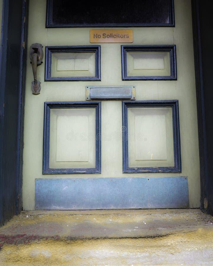Vecchia porta dell'ingresso in una cittadina fotografie stock