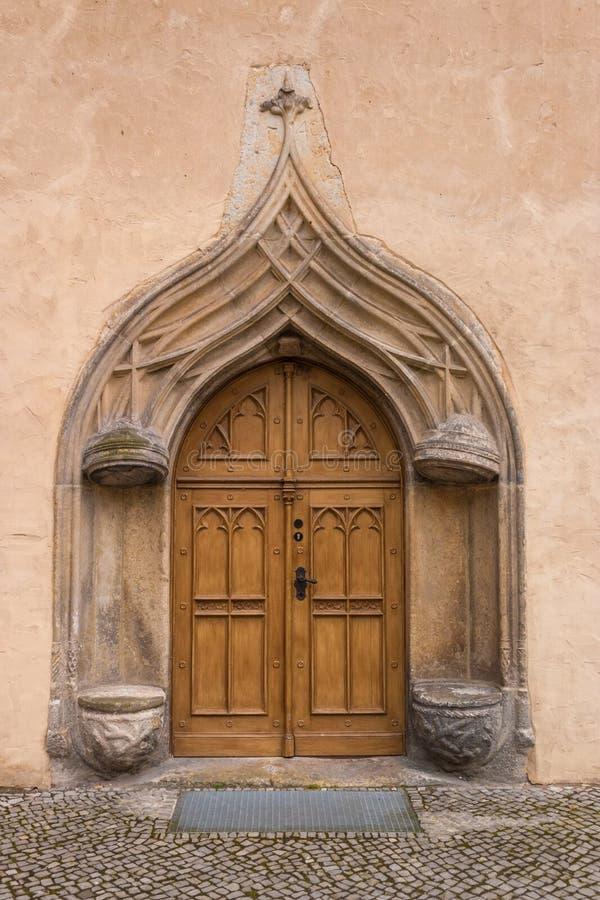 Vecchia porta di entrata antica fatta di legno fotografie stock