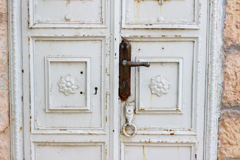 Vecchia porta di legno bianca con grata verde Openwork come bello fondo d'annata fotografia stock