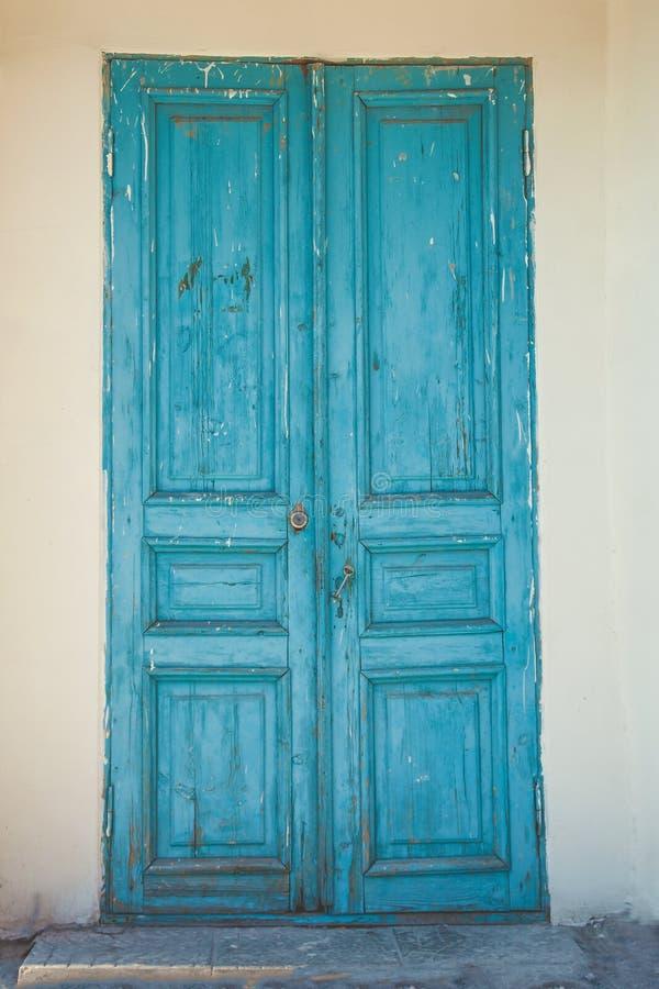 Vecchia porta di legno blu in una struttura del fondo della parte posteriore della parete di pietra fotografia stock