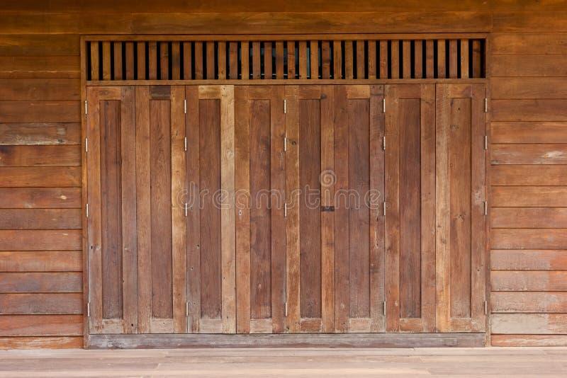 Vecchia porta di legno di Brown fotografie stock