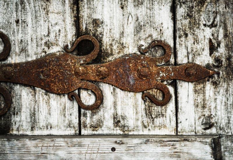 vecchia porta di legno con gli elementi del ferro battuto immagini stock libere da diritti