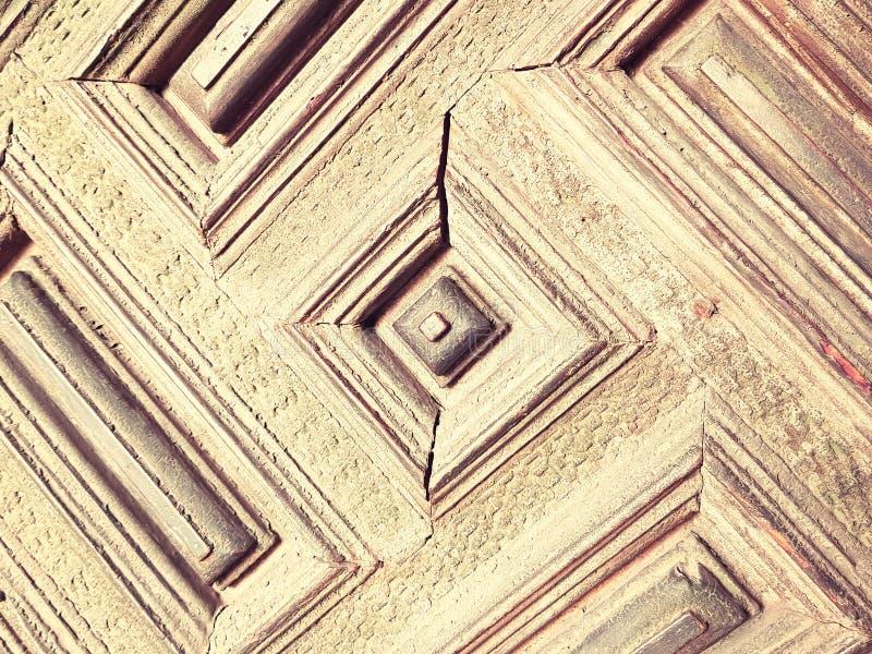 vecchia porta di legno con i quadrati ed i rettangoli dipinti in marrone chiaro fotografie stock