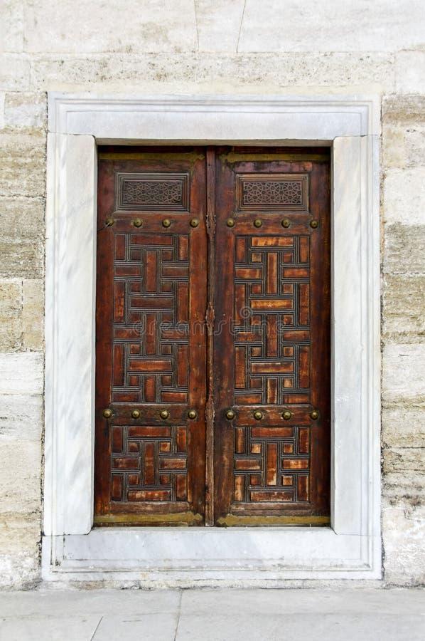 Vecchia porta di legno con il modello arabo immagini stock