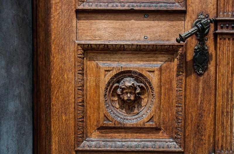 Vecchia porta di legno con la maniglia del ferro fotografia stock