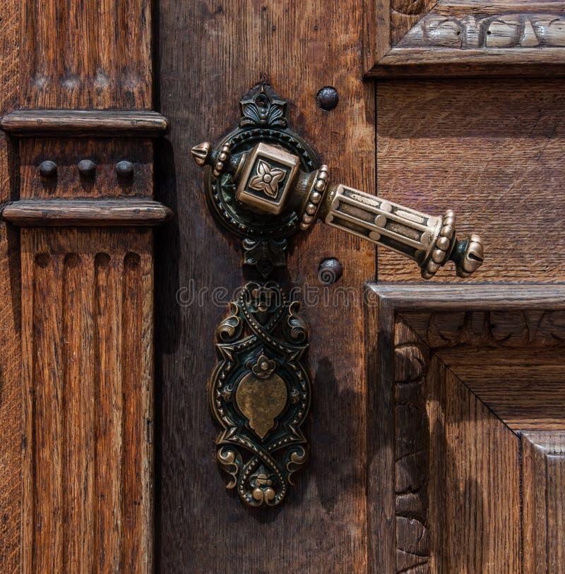 Vecchia porta di legno con la maniglia del ferro immagini stock