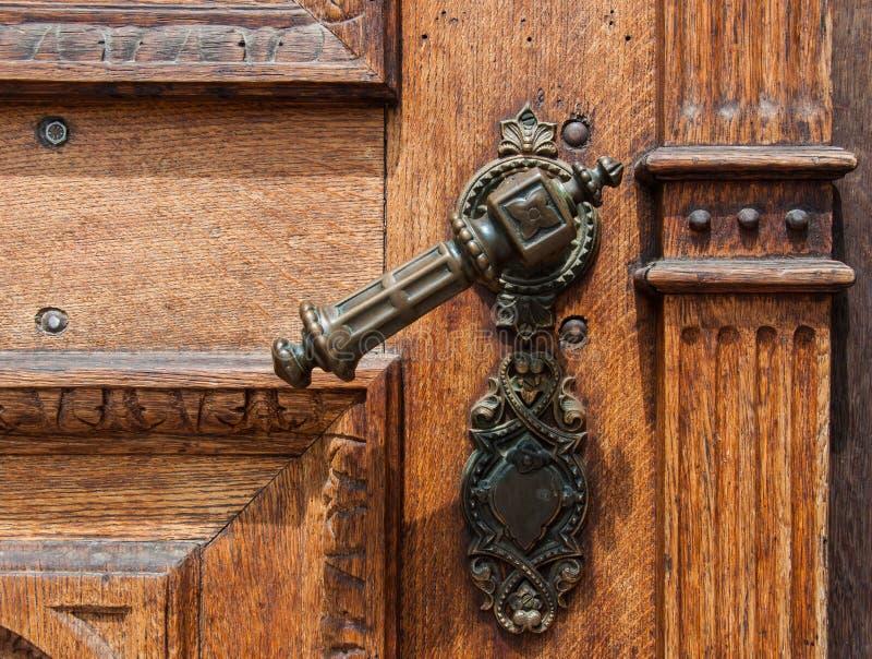 Vecchia porta di legno con la maniglia del ferro fotografie stock libere da diritti