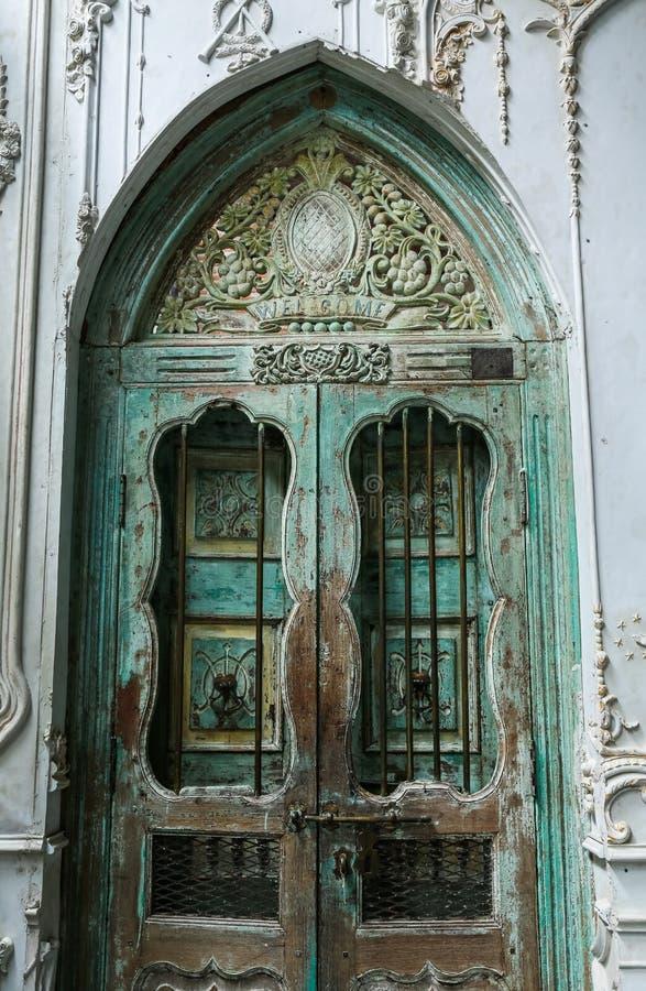vecchia porta di legno con la parete del cemento dello stucco fotografie stock libere da diritti