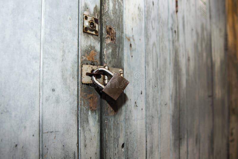 Vecchia porta di legno con la serratura del metallo fotografia stock