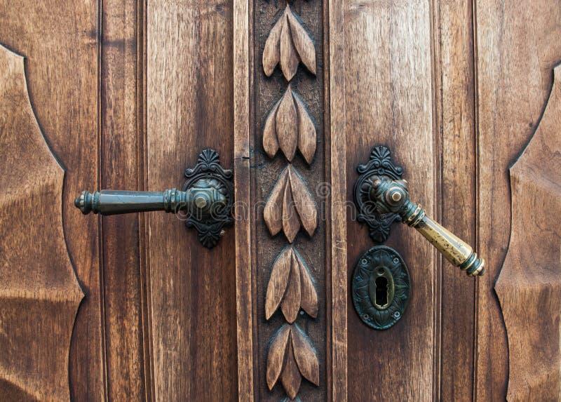 Vecchia porta di legno con le maniglie del ferro fotografia stock