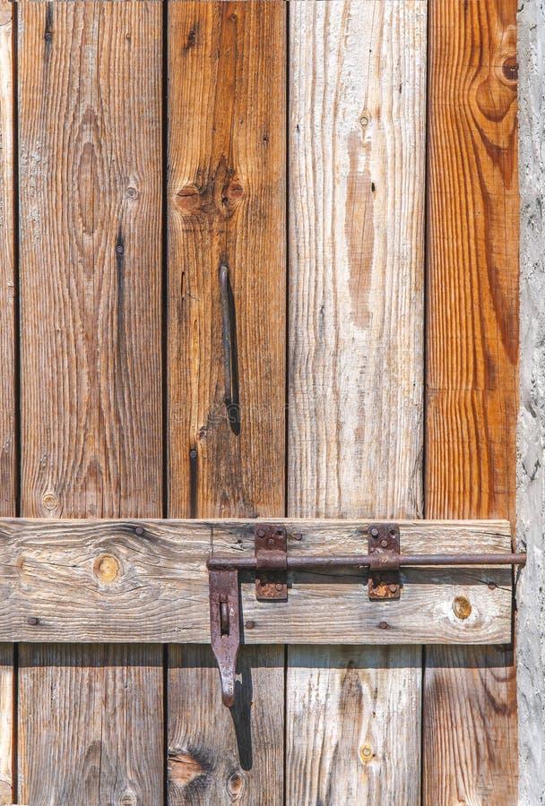 Vecchia porta di legno d'annata chiusa con la serratura di porta arrugginita del metallo fotografie stock libere da diritti