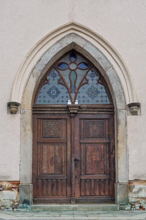 Vecchia porta di legno della chiesa fotografia stock libera da diritti