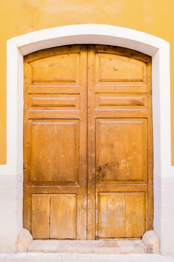 Vecchia porta di legno della fronda fotografia stock libera da diritti