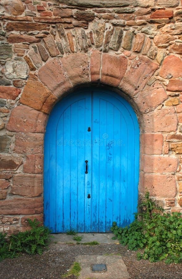 Vecchia porta di legno dipinta blu fotografia stock