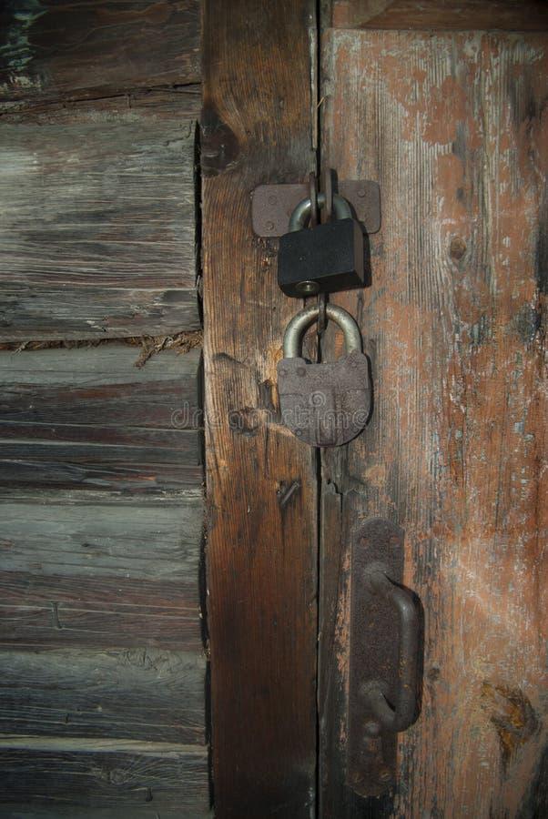 Vecchia porta di legno in maniera massiccia chiusa immagini stock