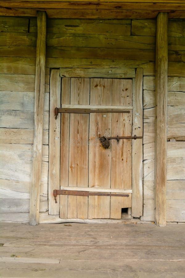 Vecchia porta di legno nella struttura antica dei bordi Informazioni segrete o nascoste fotografie stock