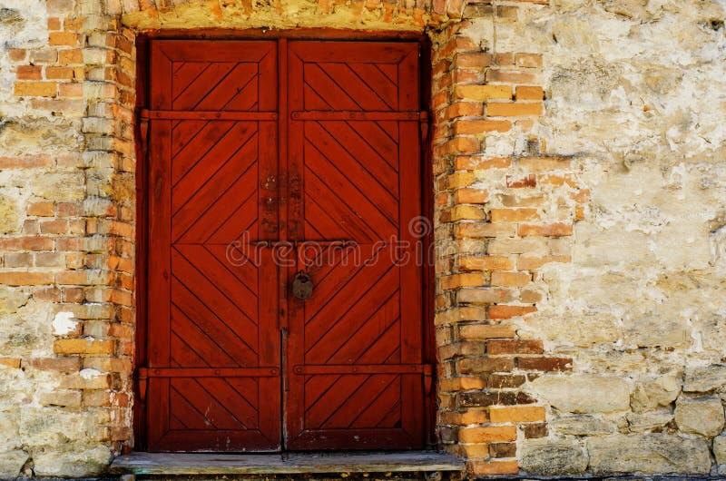 Vecchia porta di legno, rossa fotografia stock libera da diritti