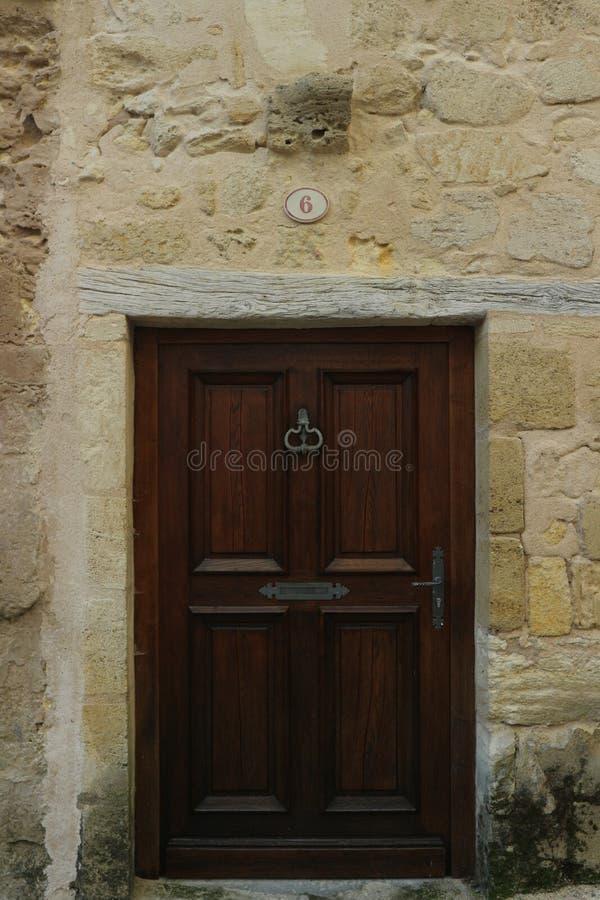Vecchia porta di legno in st Emilion immagini stock libere da diritti
