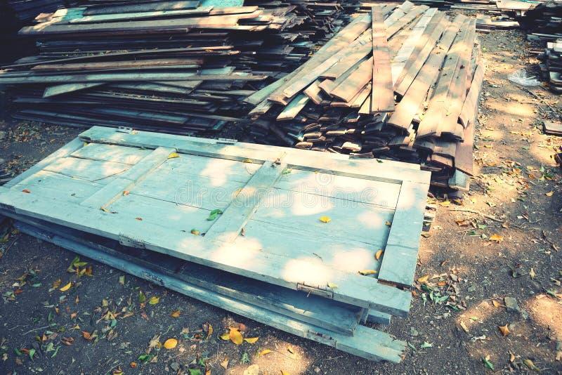 Vecchia porta di legno, stile d'annata, impilato sul pavimento immagini stock libere da diritti