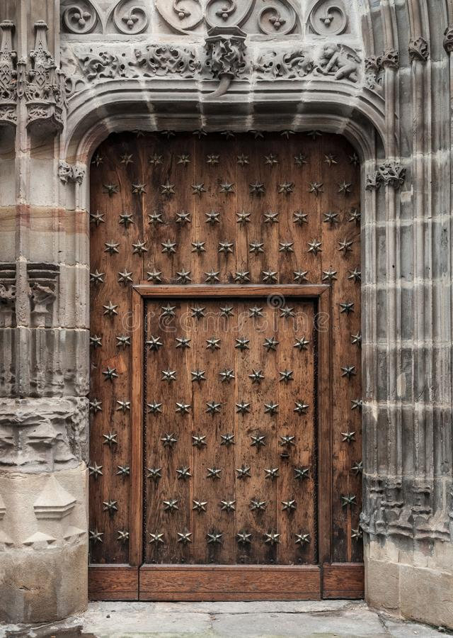 Vecchia porta di legno in una costruzione medievale immagini stock libere da diritti