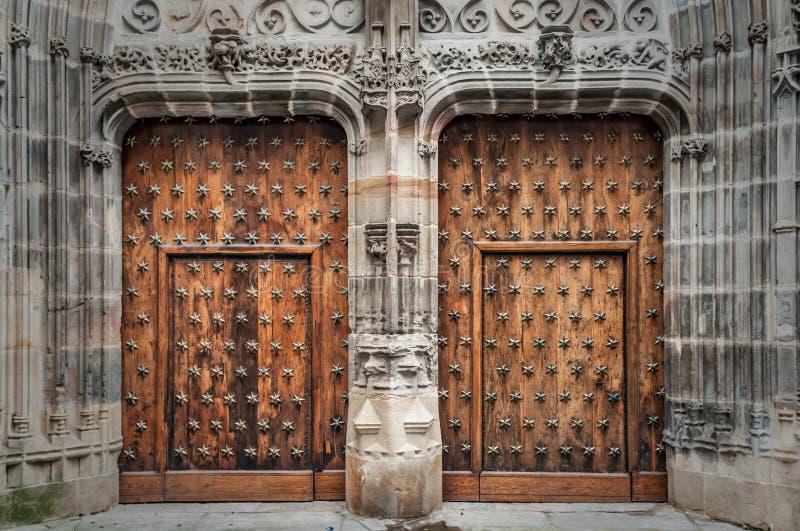 Vecchia porta di legno in una costruzione medievale fotografia stock libera da diritti