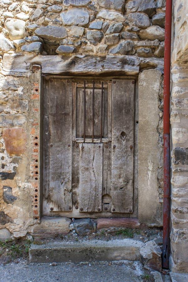 Vecchia porta di legno in villaggio spagnolo fotografie stock