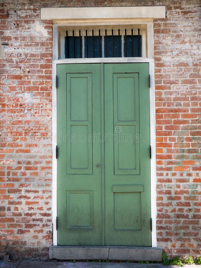 Vecchia porta di una casa nel quartiere francese, New Orleans, Louisiana, Stati Uniti fotografie stock