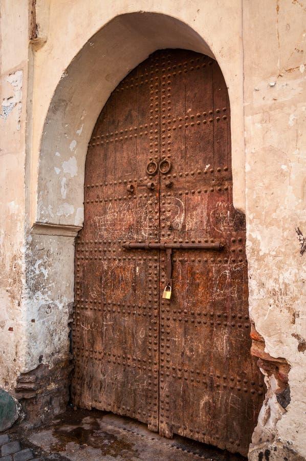 Vecchia porta forgiata di legno a Marrakesh, Marocco immagini stock libere da diritti