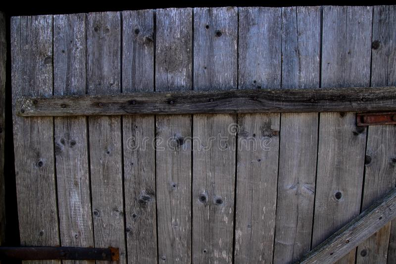 Vecchia porta grigia di legno con i chiodi martellati fotografia stock libera da diritti