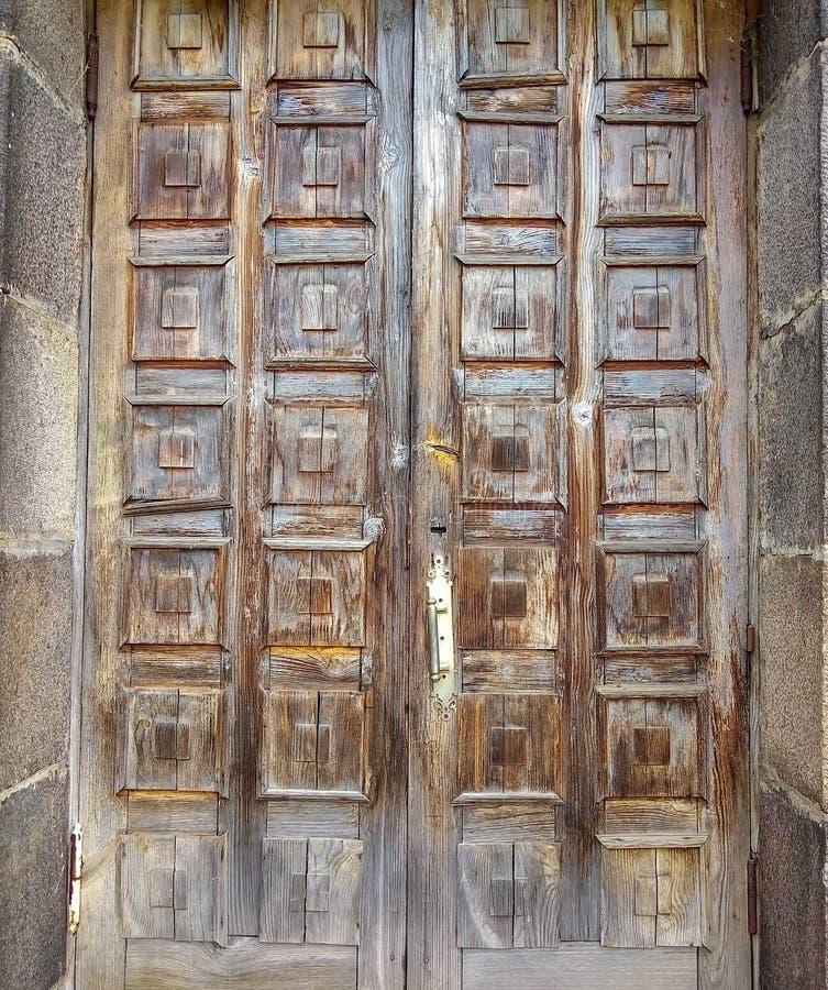 Vecchia porta marrone con i quadrati fotografie stock libere da diritti