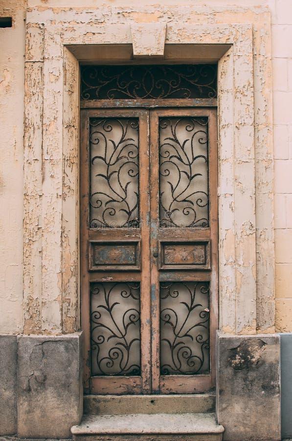Vecchia porta marrone maltese, Malta immagine stock