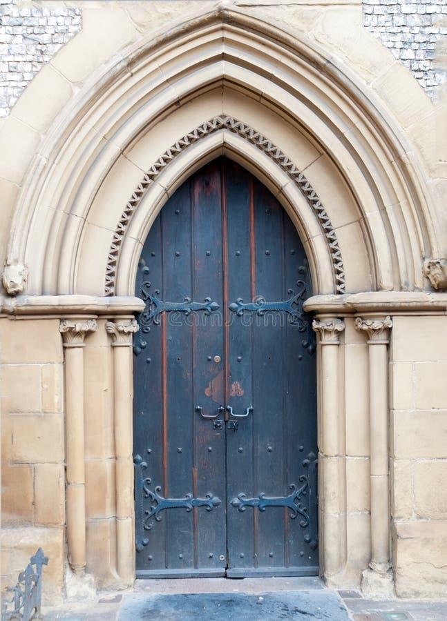 Vecchia porta massiccia della chiesa della chiesa cattolica immagini stock