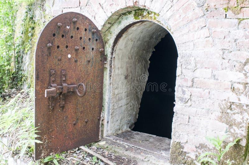 Vecchia porta metallica per lo scantinato Porta metallica della cantina immagini stock libere da diritti