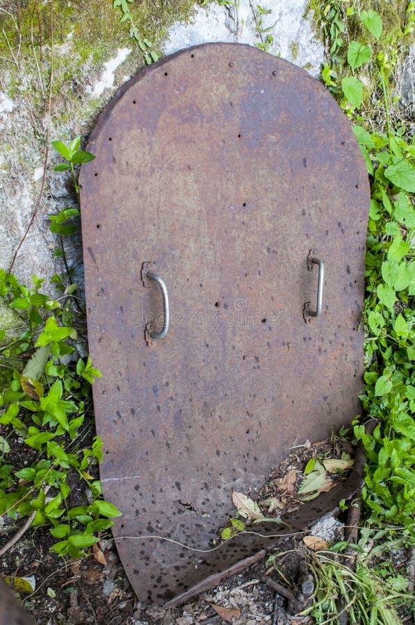 Vecchia porta metallica per lo scantinato Porta metallica della cantina immagine stock libera da diritti