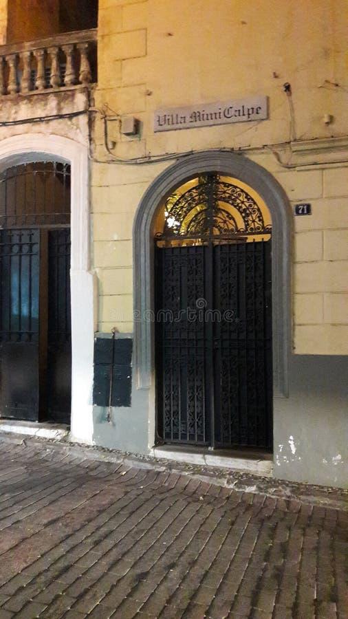 vecchia porta nella città di Tangeri immagine stock