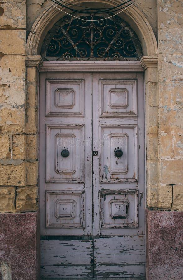 Vecchia porta rosa maltese, Malta immagine stock libera da diritti