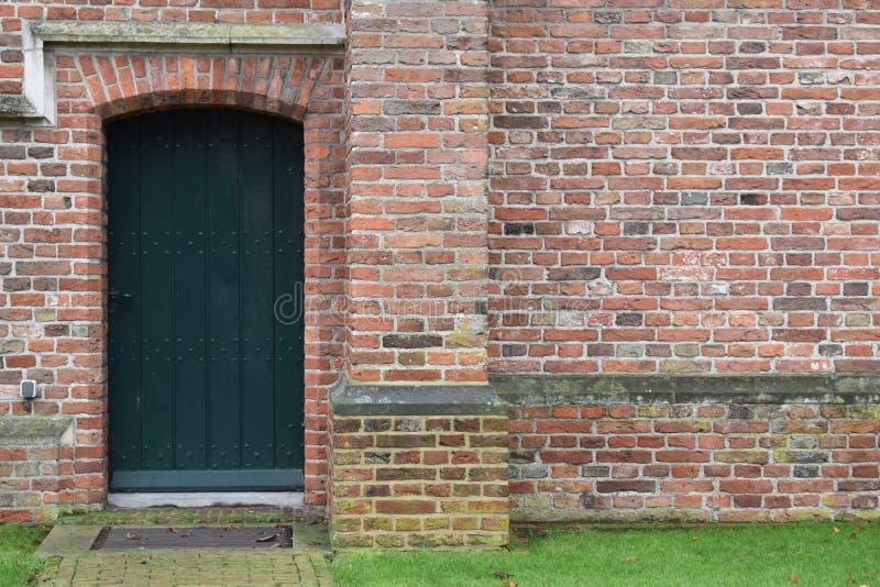 Vecchia porta verde della chiesa immagine stock