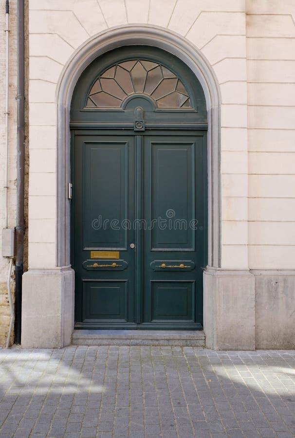 Vecchia porta verde di legno tritato a Bruxelles, Belgio fotografia stock libera da diritti