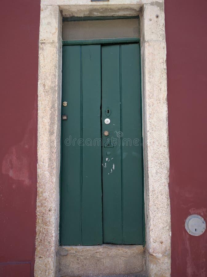 vecchia porta verde di uno storico fotografia stock