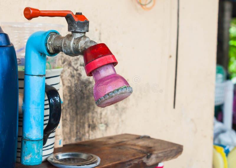 Vecchia pressione di acqua riduttrice fotografia stock