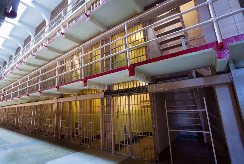 Vecchia prigione con le file delle celle e delle barre immagini stock libere da diritti