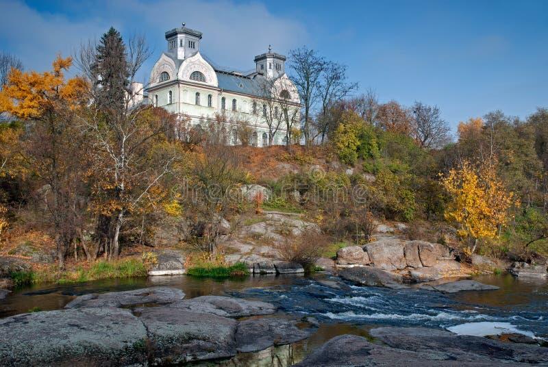 Vecchia proprietà su una collina sopra il fiume immagine stock libera da diritti