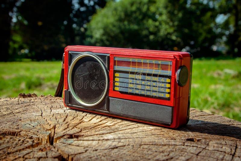 Vecchia radio sovietica su un fondo di legno fotografie stock libere da diritti