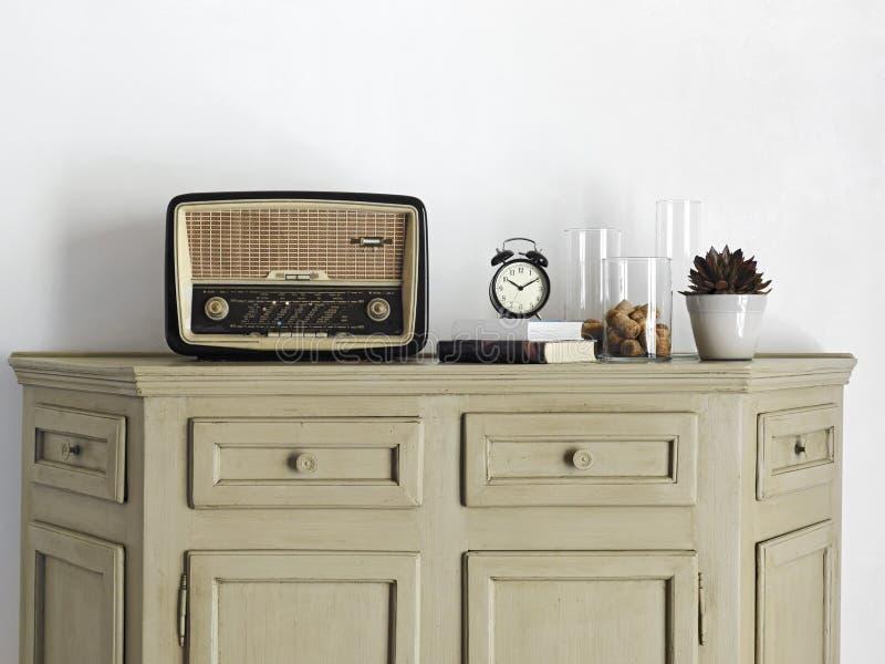 Vecchia radio sul sideboard nel salone immagine stock libera da diritti