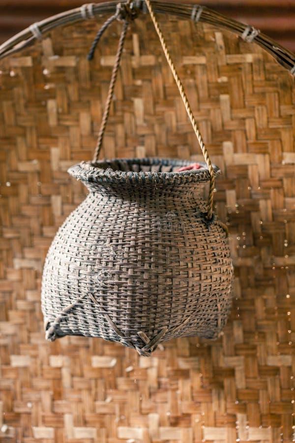 Vecchia rastrelliera di bambù per il pescatore un mestiere d'annata tailandese fatto a mano fotografie stock