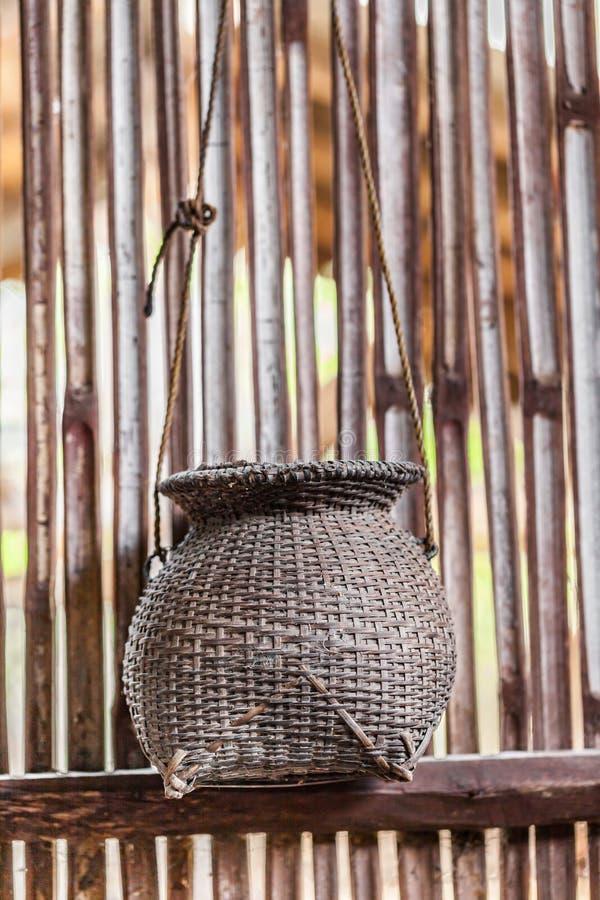 Vecchia rastrelliera di bambù per il pescatore un mestiere d'annata tailandese fatto a mano fotografia stock