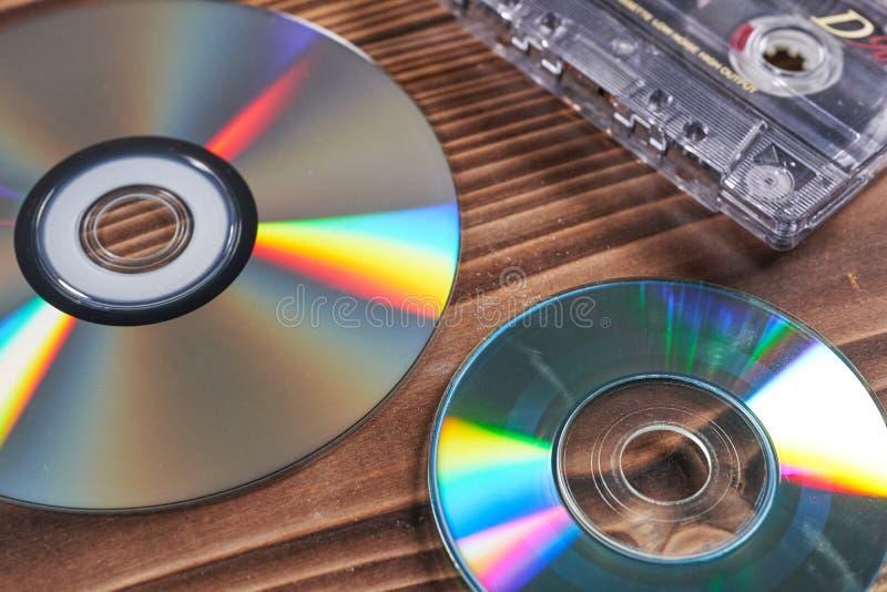 Vecchia registrazione del disco e del nastro su una tavola di legno fotografia stock