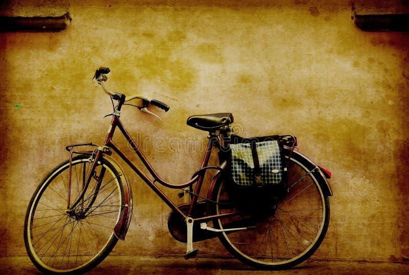 Vecchia retro bicicletta contro una parete grungy in Italia fotografia stock
