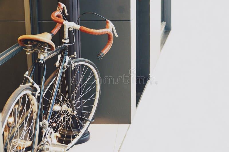 Vecchia retro bicicletta d'annata classica davanti ad un deposito fotografia stock