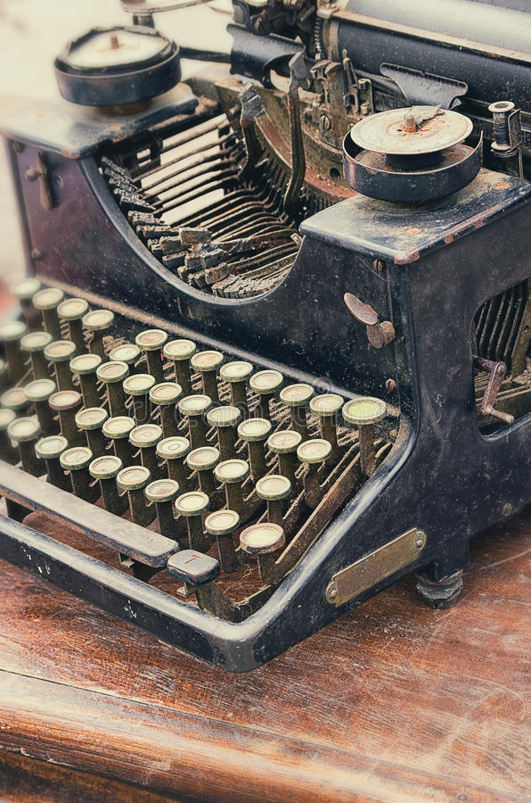 Vecchia retro macchina da scrivere dell'oggetto d'antiquariato degli oggetti sulla tavola fotografia stock